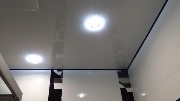 Натяжной потолок с контрастной маскировочной лентой