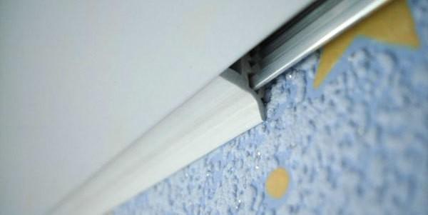 «L» - образная маскировочная лента вставлена в потолок